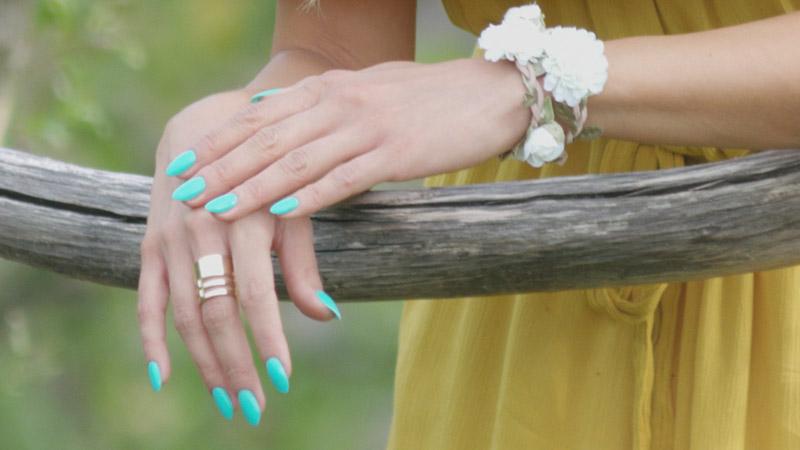 Kadr zestylizacją paznokci modelki zfilmu reklamowego PasTells