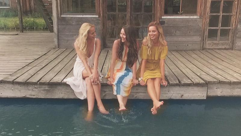 Trzy modelki napomoście wfilmie reklamowym PasTells